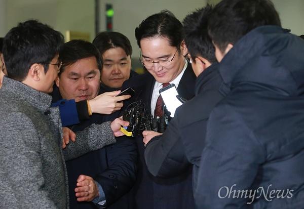 22시간 조사 마친 이재용, 기자들 질문에 '묵묵부답' 뇌물공여 등 혐의로 피의자 신분으로 특검에 소환된 이재용 삼성전자 부회장이 13일 오전 서울 강남구 특검에서 22시간 넘게 조사를 마친 뒤 귀가하고 있다.