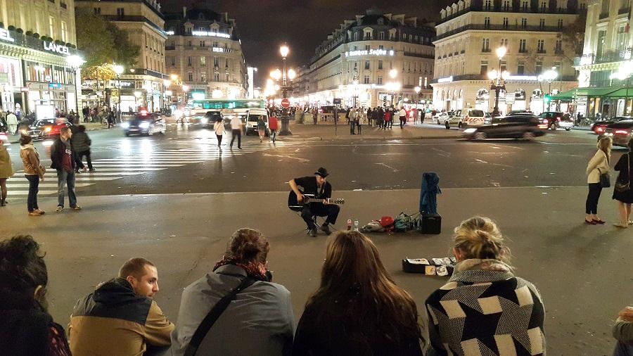 파리, 오페라 가르니에 앞 거리의 악사