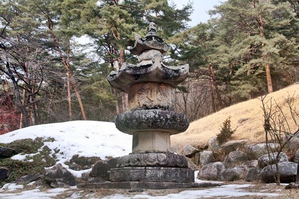 부도 법흥사 부도탑은 독특한 문양을 갖고 있는 강원도 지정 유형문화재이다