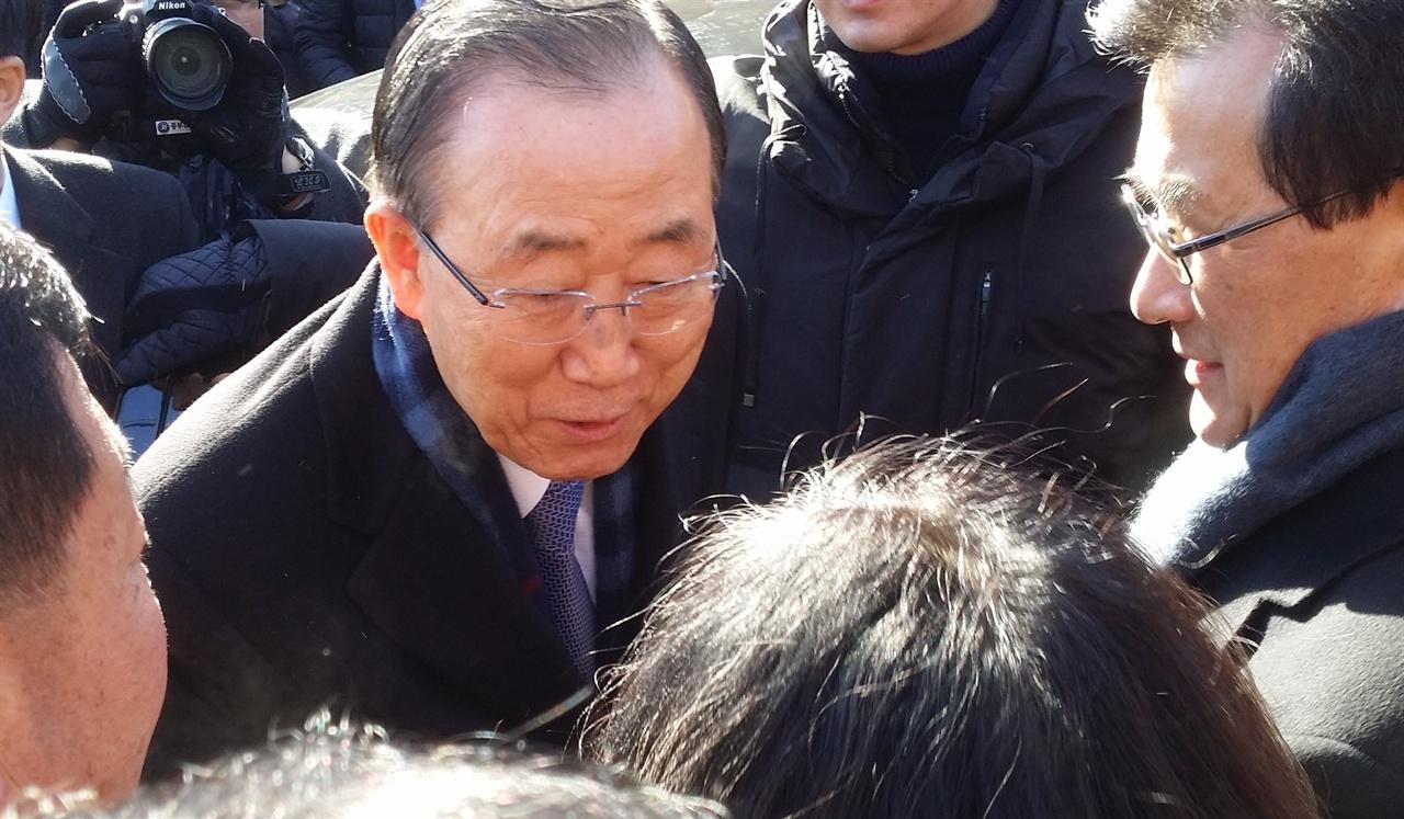 반기문 전 유엔 사무총장이 14일 오전 고향인 충북 음성군 원남면 행치마을에 도착해 환영나온 사람들과 인사하고 있다.