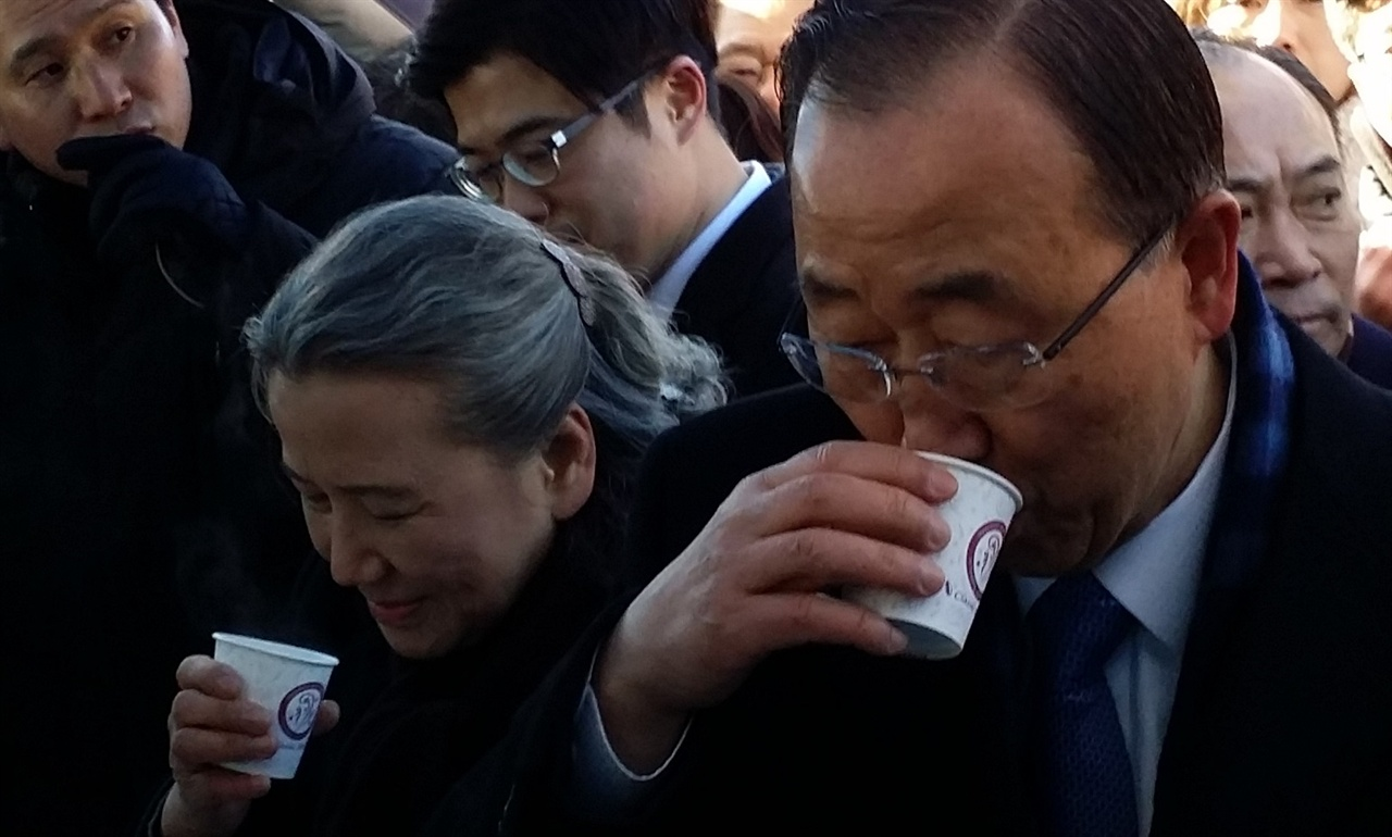 14일 오전 고향인 충북 음성군 원남면 행치마을을 방문한 반기문 전 유엔 사무총장과 아내인 유순택 여사가 자원봉사자들이 건넨 차를 마시고 있다.
