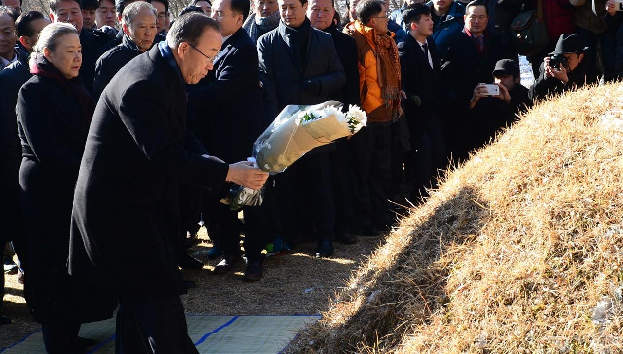 반기문 전 유엔 사무총장이 14일 오전 고향인 충북 음성군 원남면 행치마을 뒷산에 있는 선친 묘소를 찾아 헌화하고 있다.
