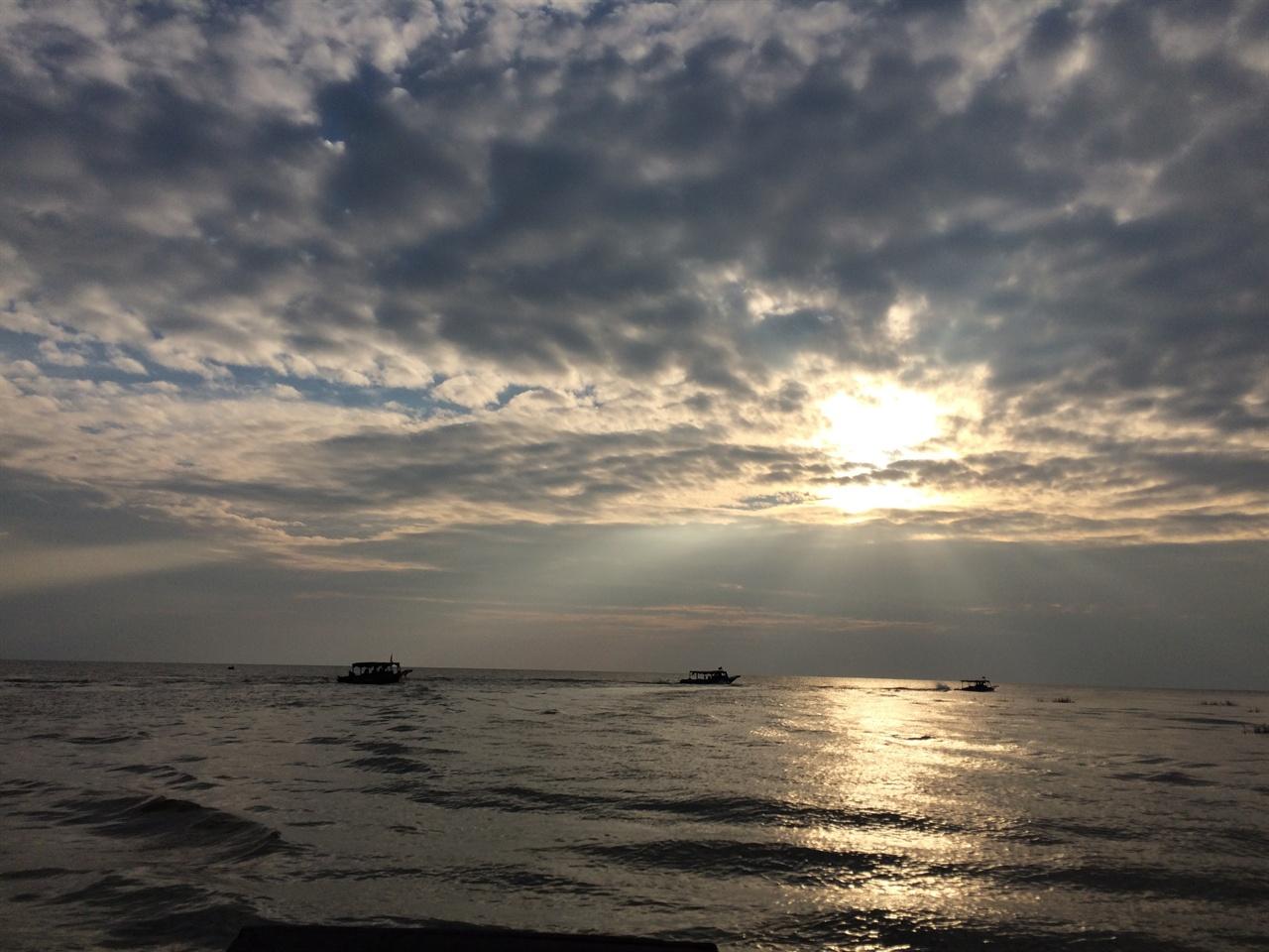 톤레삽 호수의 일몰 전 호수라기 보다 바다라는 느낌이 든다.