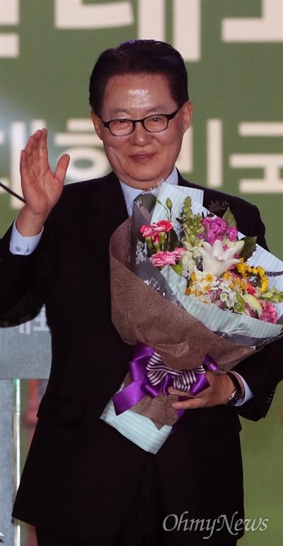 국민의당 새 대표로 선출된 박지원 15일 경기도 고양 킨텍스에서 열린 국민의당 전당대회에서 신임 대표로 선출된 박지원 후보가 지지자들을 향해 손을 흔들고 있다.