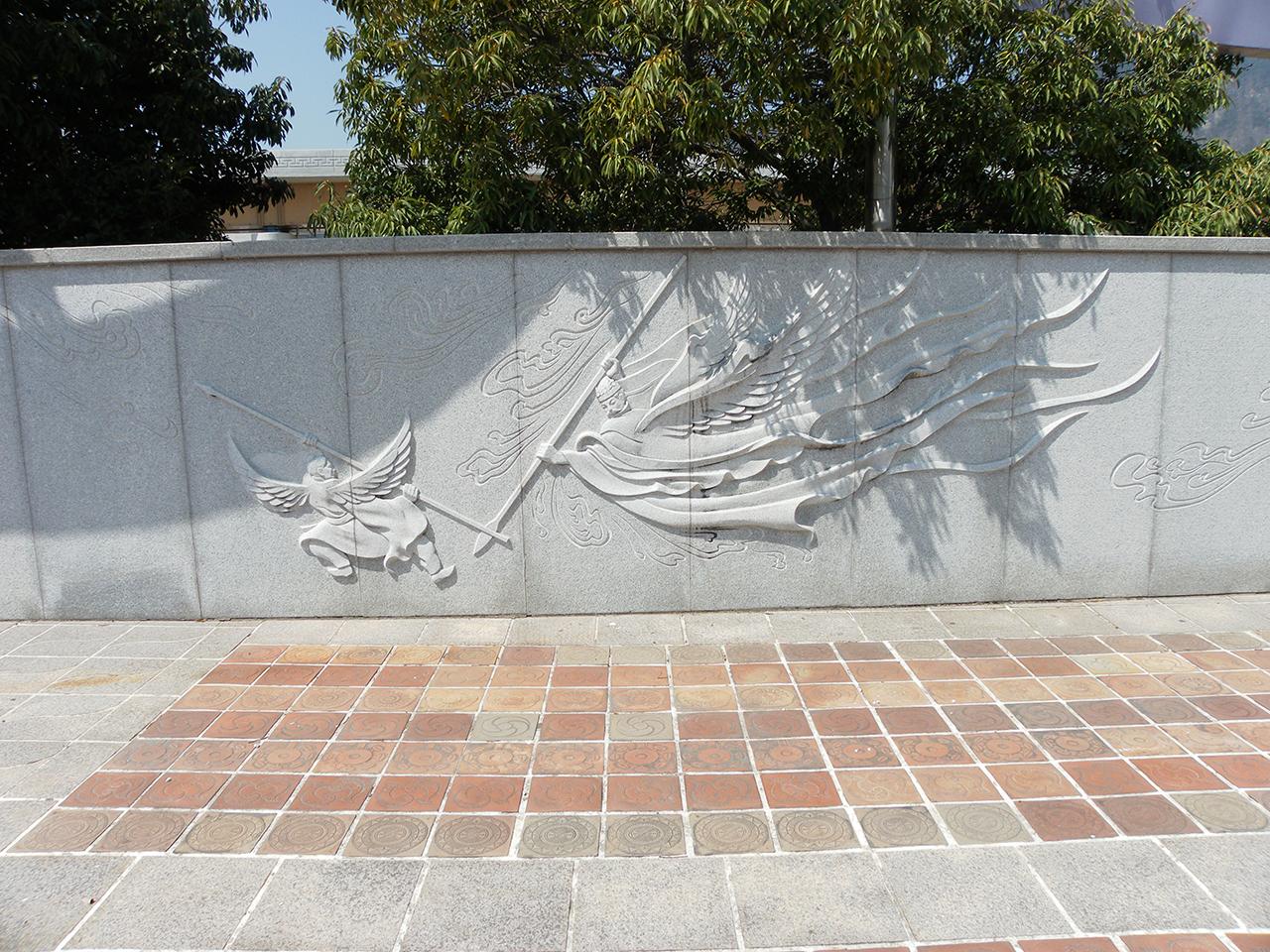 석탈해와 김수로의 대결을 상징적으로 묘사한 그림. <가락국기>에 나오는 내용을 형상화한 것이다. 경남 김해시의 국립김해박물관 맞은편에 있는 벽화의 일부다.