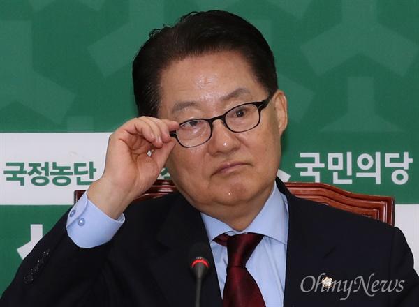 국민의당 박지원 대표가 16일 오전 국회에서 열린 최고위원회의를 주재하며 생각에 잠겨 있다.