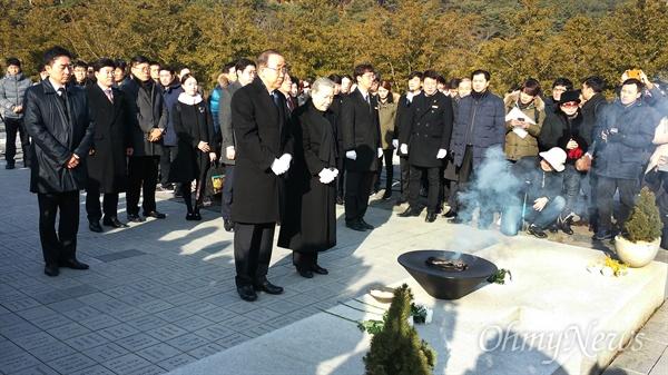 17일 오전 9시, 봉하마을 노무현 전 대통령 묘역을 참배하고 있는 반기문 전 유엔 사무총장.