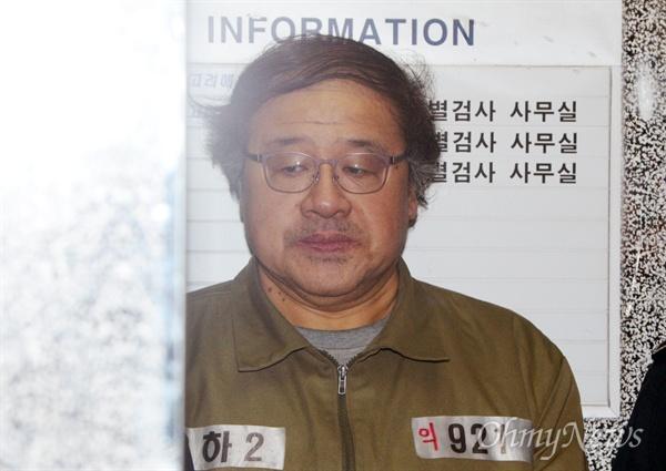 안종범 전 청와대 정책조정수석이 17일 오후 서울 강남구 박영수 특검 사무실에서 조사를 받기 위해 소환되고 있다.