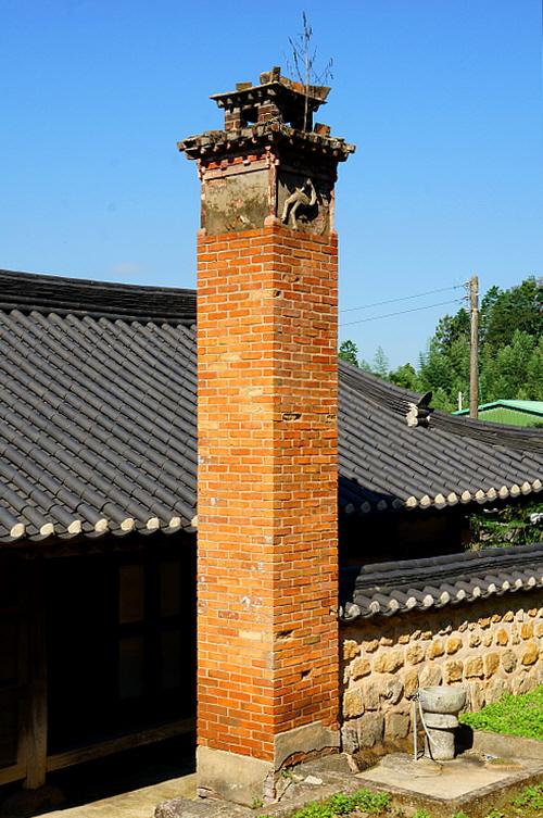 위성룡가옥 굴뚝 붉은 벽돌로 크게 만들어 위용을 드러냈고 연가(煙家)에 부조를 끼워 재주를 부렸다.