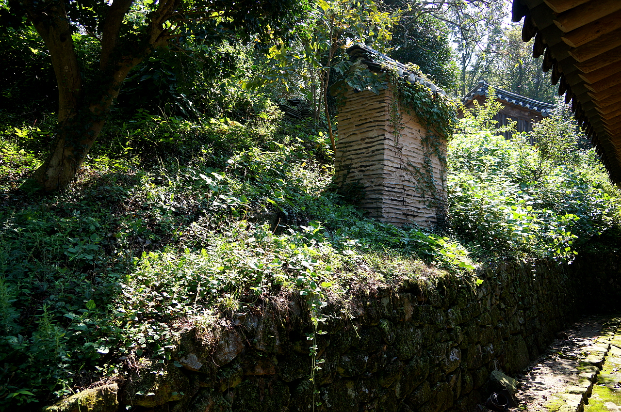 존재고택 안채 굴뚝 돌이끼가 싱싱한 후원 축대 위에 서있다. 정갈한 후원에서 단연 돋보이는 인공 장식물이다.