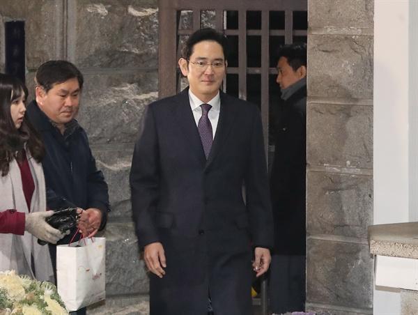 430억원대 뇌물공여와 횡령·위증 등 혐의에 대한 구속영장이 기각된 이재용 삼성전자 부회장이 19일 오전 의왕시 서울구치소 밖으로 걸어나오고 있다.