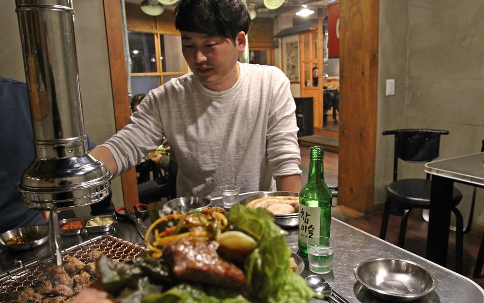 음식업에 입문한지 6년째라는 젊은 사장이 고기 맛있게 구워먹는 방법을 직접 알려준다.