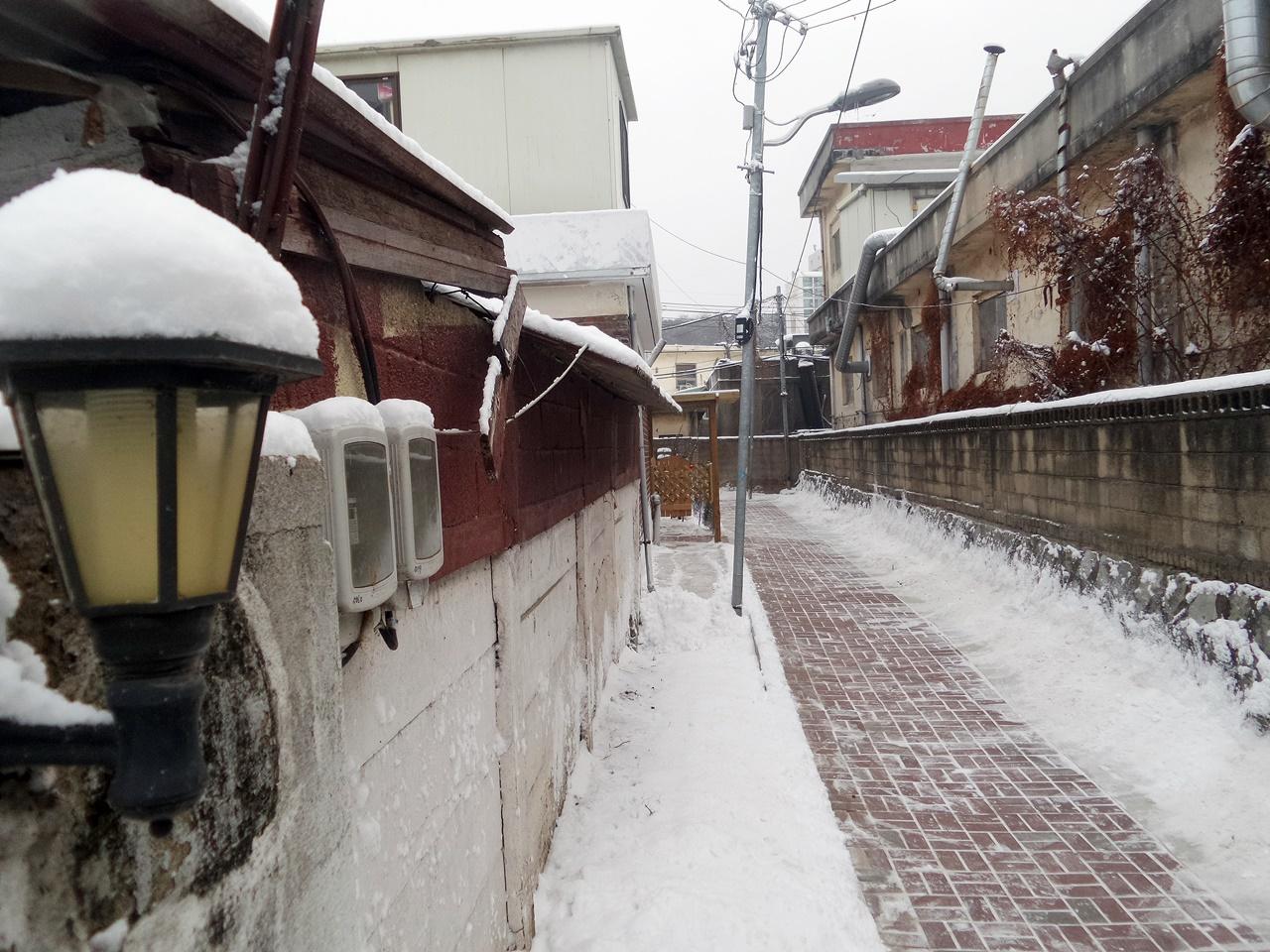 이웃들과 함께 치워낸 골목길. 눈 오는 날의 아침풍경이다.