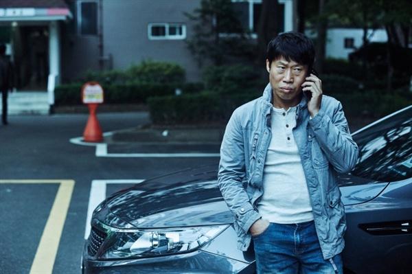 영화 <공조>의 한 장면. 강진태(유해진)은 직업이 형사일 뿐 한국의 평범한 가장의 현실적인 모습 그 자체이다. 그러나 주인공으로서의 남다른 면모가 없기 때문에 관객이 마음을 주기 어렵다.