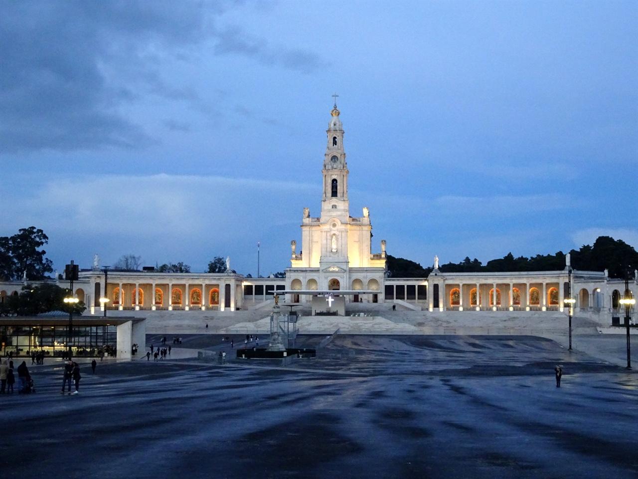 파티마 대성당 군더더기 없이 깔끔한 성당의 모습은 순백의 성모를 닮았다