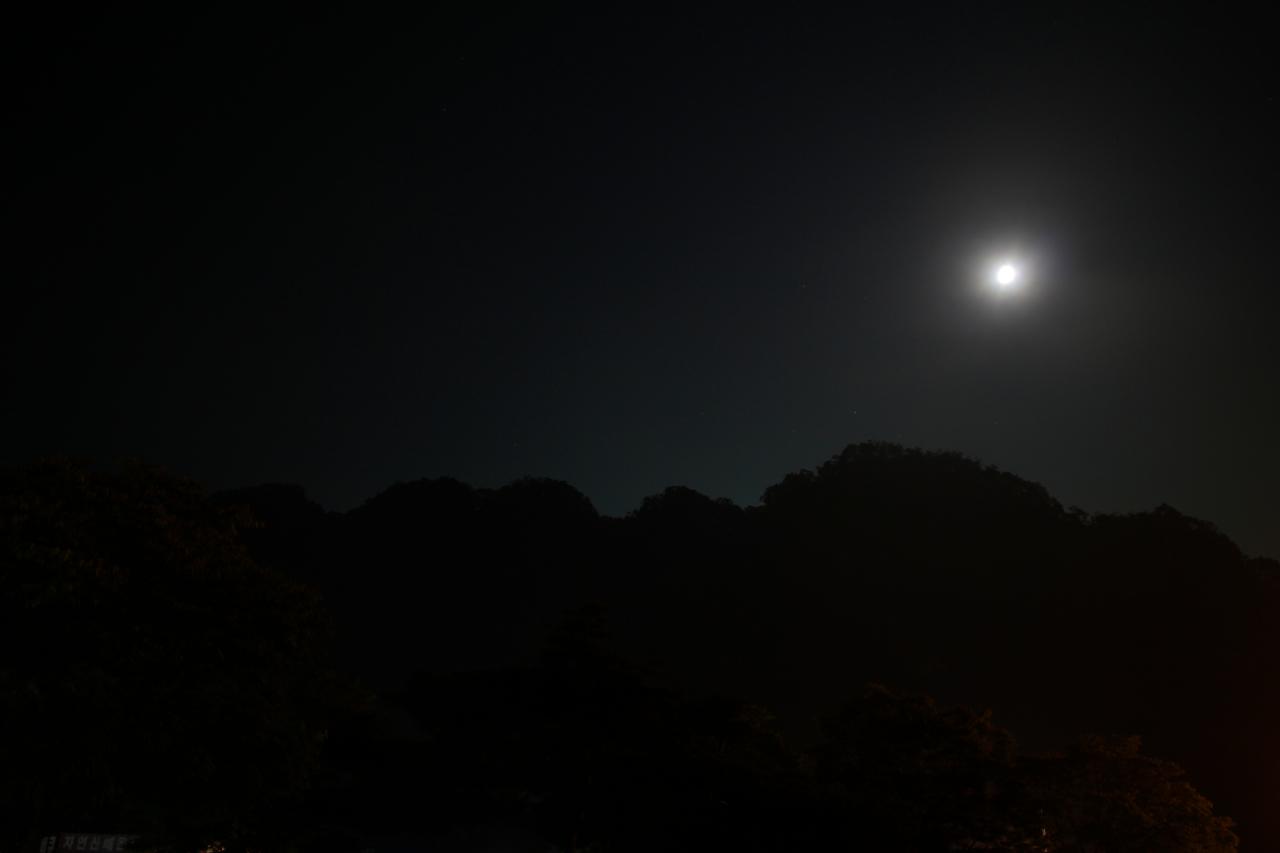 달빛이 그린 팔봉산 봉우리