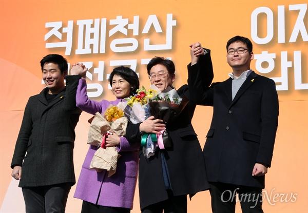 지난 대선 무렵인 2017년 1월 23일 이재명 당시 성남시장이 경기도 성남시 중원구 오리엔트 시계공장에서 대선출마 선언을 하며 가족들과 함께 지지자들에게 인사하고 있다.