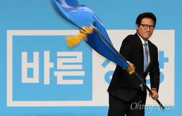 당기 흔드는 정병국 대표 24일 오후 서울 송파구 올림픽공원 올림픽홀에서 열린 바른정당 중앙당 창당대회에서 정병국 대표가 당기를 흔들고 있다.