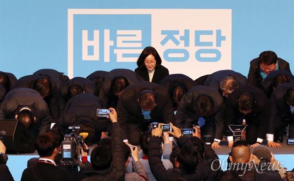 """'큰절'하는 바른정당 24일 오후 서울 올림픽공원 올림픽홀에서 열린 바른정당 중앙당 창당대회에서 인사말에 나선 김무성 의원이 동료 의원들과 함께 무릎을 꿇고 """"박근혜 정부의 일원으로서 대통령의 헌법위반과 국정농단 사태를 막지 못한 책임을 통감하면서 통절한 마음으로 국민여러분께 사죄드리며 용서를 구한다""""며 사과한 뒤 큰절하고 있다."""