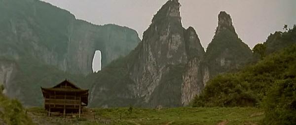 영화의 배경 봉황산 산골 마을 쓰촨성 장강 유역의 봉황산 '하늘 긴 꼬리 닭'이란 이름의 산골마을이 영화의 무대다.