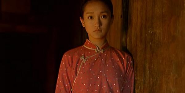 바느질하는 중국 소녀 지식 청년들과 교우하며 소녀가 어떻게 변해가는지가 변화의 포인트이다.