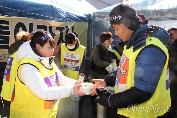창원 마산자유무역지역 내 한국산연 노동자들이 지난해부터 '정리해고 철회' 투쟁하는 가운데, 금속노조 경남지부는 25일 점심시간에 '떡국 나누기 행사'를 열었다.