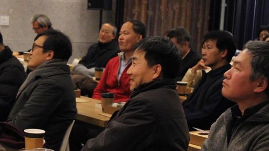 '휴먼다큐 봉발대발'을 보며 즐거워하는 참석자들.