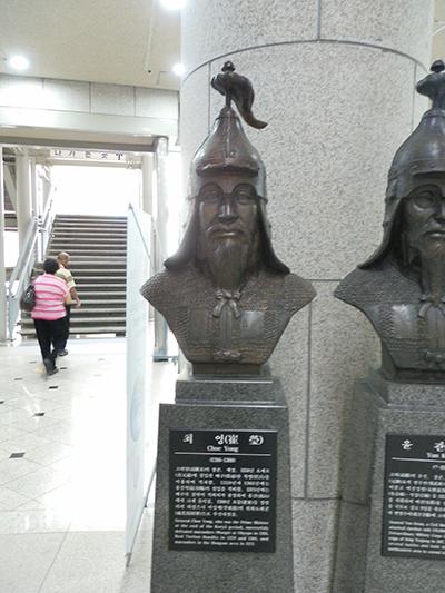 전쟁기념관에서 찍은 최영.