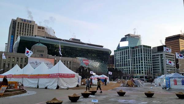 보수단체 회원들이 서울광장에 설치한 불법천막들.
