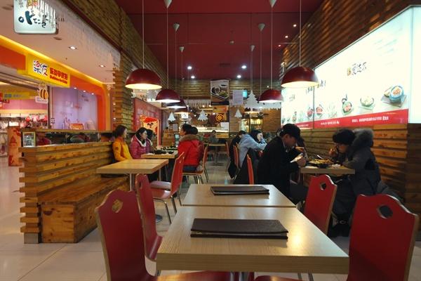 중국 간식보다 약 1.5배 비싸지만, 인기를 끌고 있는 한국 떡볶이.