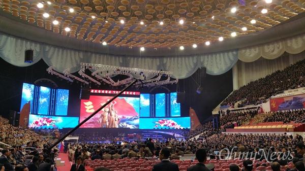공연을 앞두고 관람객들이 입장을 하고 있는 평양 '류경정주영체육관'의 특설 무대