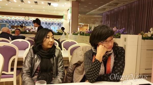 식당에 들어와서도 벌벌 떨고있는 필자와 기진맥진한 안내원 경미(오른쪽).