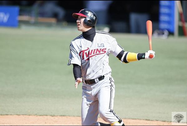 정성훈은 LG 유니폼을 입은 8년 동안 5번이나 3할 타율을 기록했다.