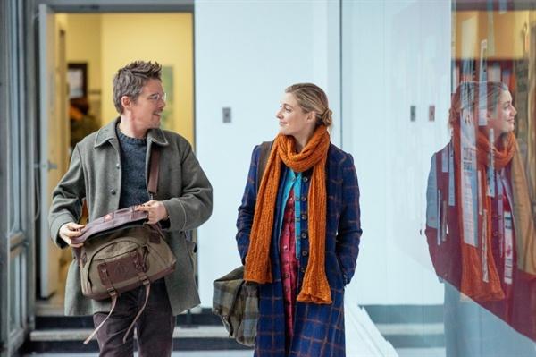 영화 <매기스 플랜>의 한 장면. 대학 동창에게 정자를 기증받아 자가 임신을 시도할 예정인 매기(그레타 거윅)는, 직장에서 우연히 알게 된 존(에단 호크)에게 호감을 느끼게 된다.