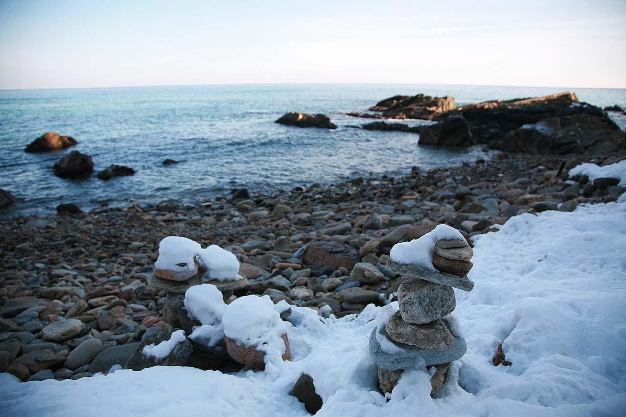 몽돌해변의 소원탑 바다부채길 구간은 해변에 모래가 없고 크고 작은 바위와 몽돌 뿐입니다. 그래서 물빛은 더욱 짙고 투명합니다.