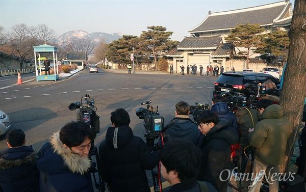 [오마이포토] 특검 청와대 압수수색 기다리는 취재진