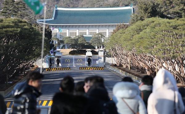 지난 1일 오후 청와대 정문(일명 11문) 앞에서 중국인 관광객들이 관람하고 있다.