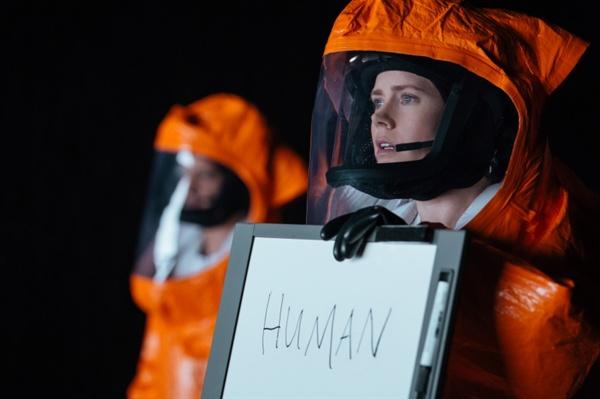 영화 <컨택트>의 한 장면. 외계인과 의사 소통할 것을 의뢰받은 언어학자 루이스 뱅크스(에이미 아담스)는 음성보다는 문자로 하는 것이 빠르다고 생각한다. 그래서 작은 화이트보드에 영어 단어를 써 가면서 외계인들에게 그 의미를 설명하기 시작한다.