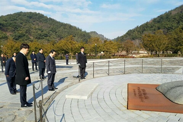 정세균 국회의장이 4일 김해 봉하마을 고 노무현 전 대통령 묘소를 참배했다.