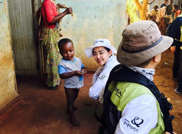 아프라카 말라위로 봉사활동을 떠난 문근영의 모습