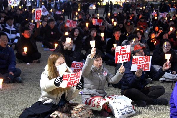 4일 저녁 창원광장에서 열린 '박근혜퇴진 제14차 경남시국대회'에서 시민들이 구호를 외치고 있다.