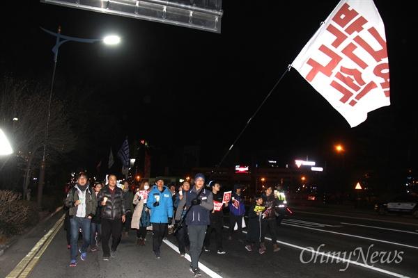 4일 저녁 창원광장에서 열린 '박근혜퇴진 제14차 경남시국대회'에서 시민들이 손팻말을 들고 거리행진하고 있다.