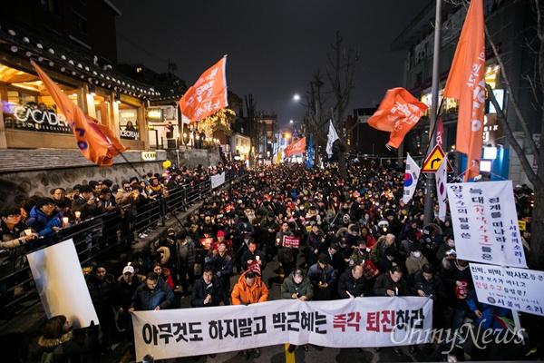 4일 오후 서울 종로구 광화문광장에서 열린 '2월에는 탄핵하라-14차 범국민행동의 날' 집회에 참가한 시민들이 집회를 마치고 총리공관을 향해 행진하고 있다.