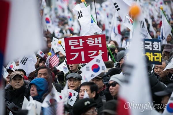 4일 오후 서울 중구 을지로1가 사거리 일대에서 '제11차 박근혜 대통령 탄핵기각을 위한 국민 총궐기 대회'에 참가한 보수단체 회원들이 태극기, 성조기 등을 들고 행진을 하고 있다.