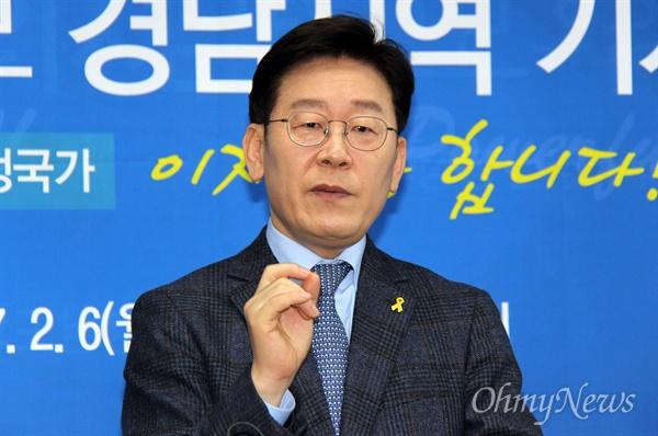 더불어민주당 19대 대통령 경선후보인 이재명 성남시장이 6일 오전 경남도의회 브리핑실에서 기자회견을 열었다.
