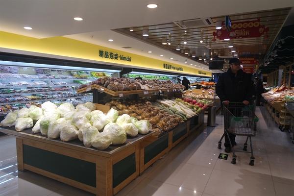 저녁시간, 장보는 중국 남성들. 마트에서 카트를 미는 남성은 중국에서 흔히 볼 수 있는 풍경이다.