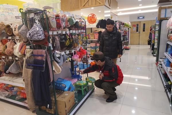 퇴근시간, 장보는 중국 남성들.