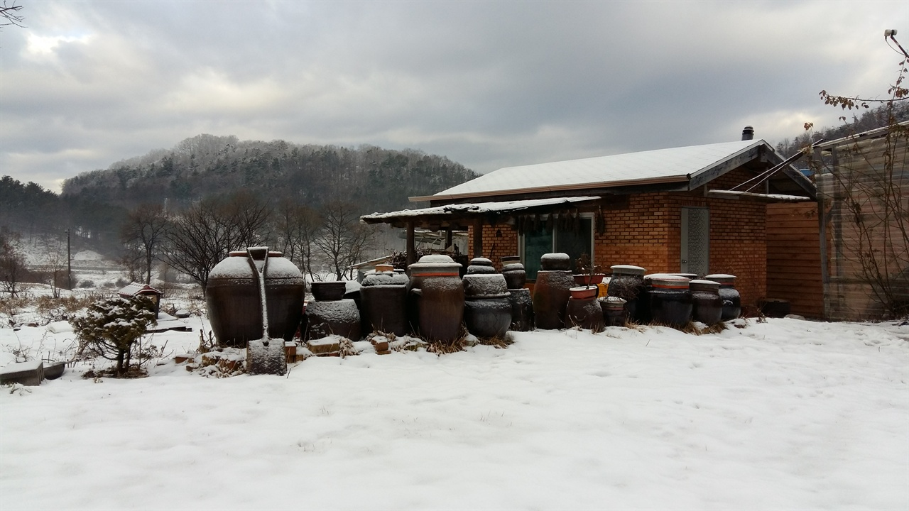 눈온 날 별채 풍경 하얀 겨울 시골의 풍경은 한폭의 수채화다.