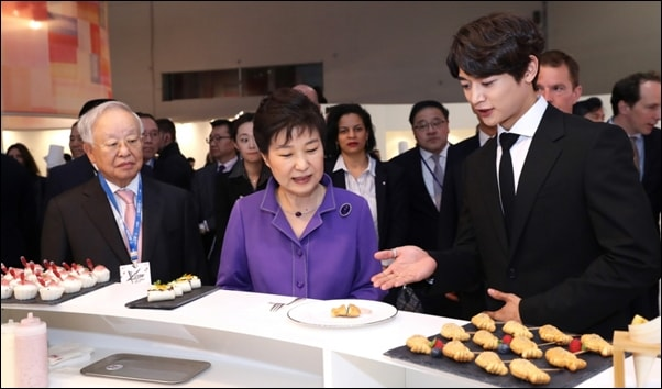 KCON 프랑스 행사에서 한류스타와 함께 한식 체험 부스를 둘러보고 있는 박근혜 대통령