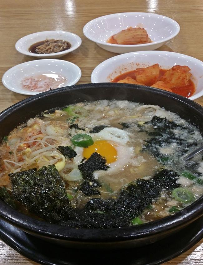 김과 새우젓으로 간을 한 후 맛을 보니 적절하다.